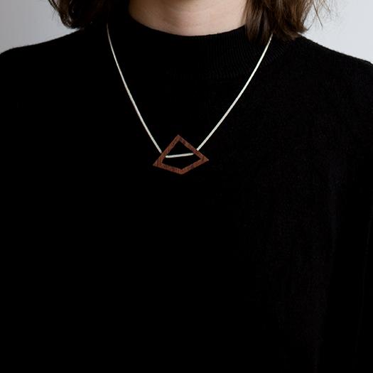 Tragebild Kette Deltoid Holz Mahagoni 925 Silber Fuchsschwanzkette