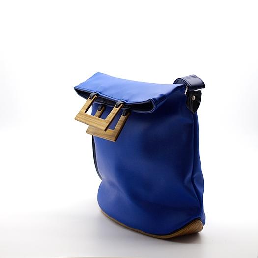 Tasche mittel M blau blaubeere schwarz mit Holz Afromosia Holzboden Holzgriffen Recycling Unikat Hydrogen 0052_3 Seite