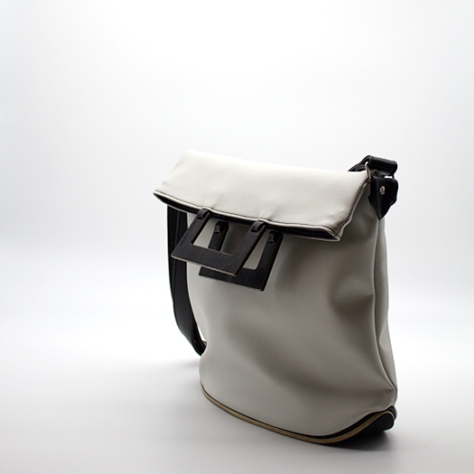 Tasche mittel M lichtgrau grau schwarz mit Holz Tulpenholz schwarz Holzboden Holzgriffen Recycling Unikat Hydrogen 0098_3 Seite