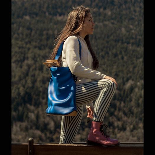 Tragebild Tasche groß L mit Holzboden Holzgriffen Recycling Unikat_Damen